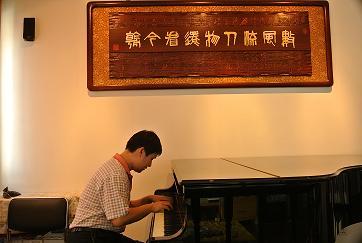 《欢庆》的管弦乐队总谱,以及他用midi(迷迪)将此作品制作成的mp3文件